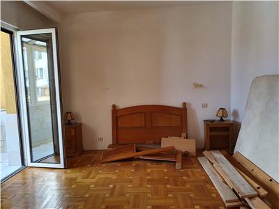 De inchiriat apartament cu 5 dormitoare, living si bucatarie